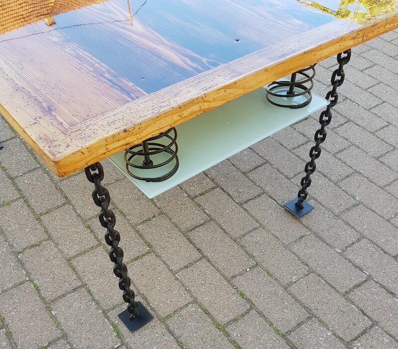 Der selbstgebaute Tisch ist fertig