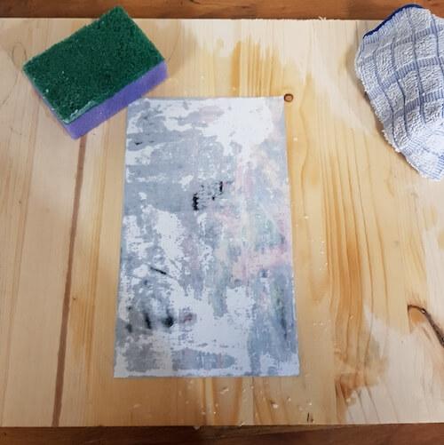 Papier mit Schwamm befeuchtet