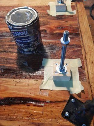 Halterung an der Tischplatte befestigt