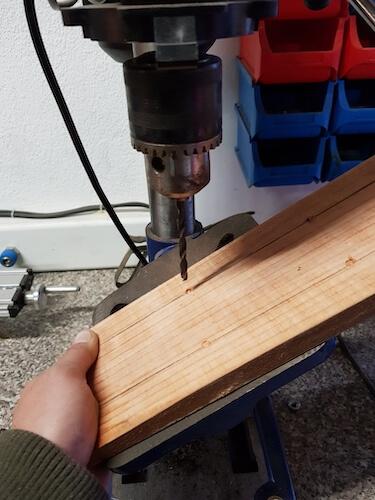 Holz für Nägel vorbohren