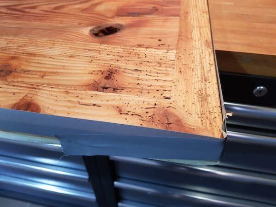 Ränder der Tischplatte sind abgeklebt