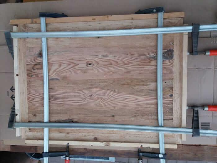 Rahmen um Tischplatte befestigt