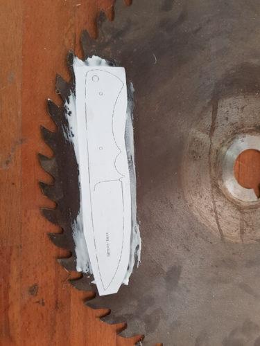 Schablone auf Kreissägeblatt geklebt