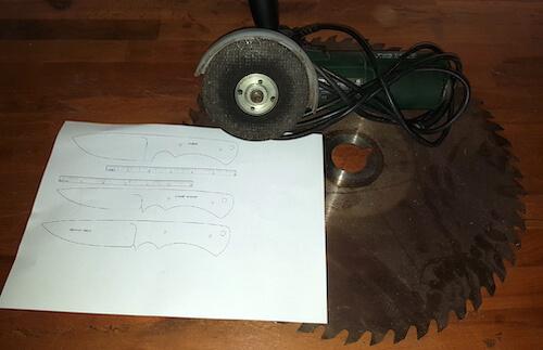 Schablone auf Papier mit Umrissen der Messer