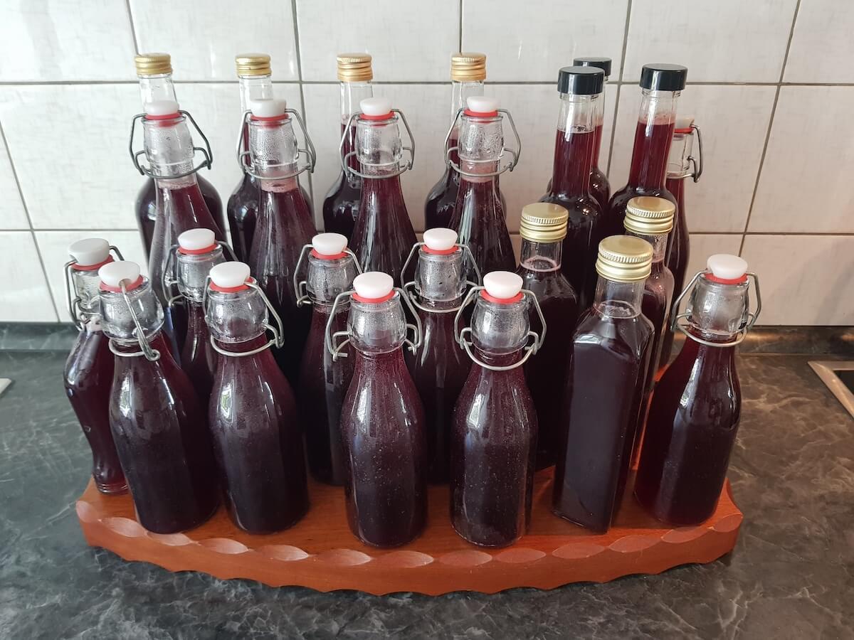 selbstgemachter Kirschessig in Flaschen