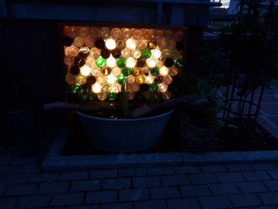 selbstgebautes Wasserspiel beleuchtet