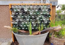 Wasserspiel im Garten selbst gebaut aus Weinflaschen